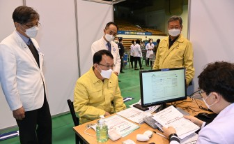 조청식 수원시 제1부시장, 예방접종센터 찾아 준비상황 점검